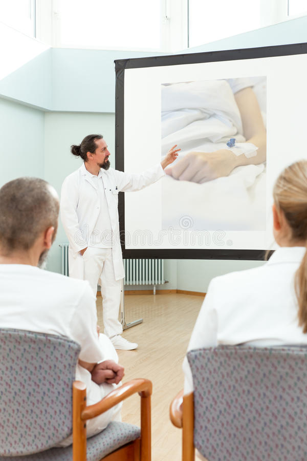 Pessoal da medicina que tem uma reunião fotografia de stock