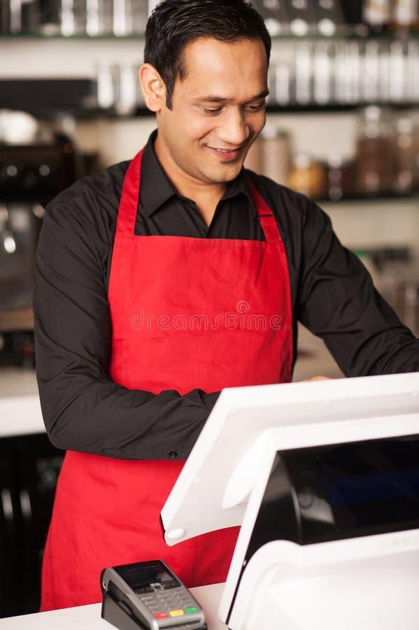 Pessoal de Barista que coloca a ordem dos clientes na fila imagens de stock royalty free