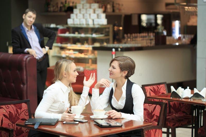 Pessoal de escritório de duas amigas no café na imagem de stock royalty free
