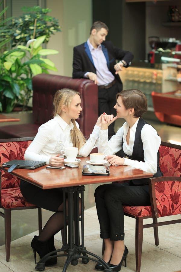 Pessoal de escritório de duas amigas no café na fotos de stock