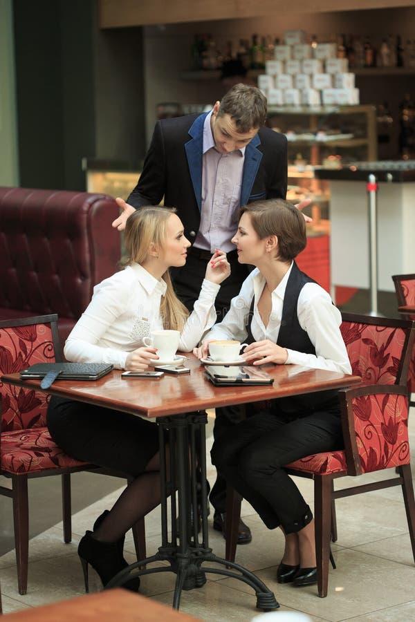 Pessoal de escritório de duas amigas no café na foto de stock royalty free