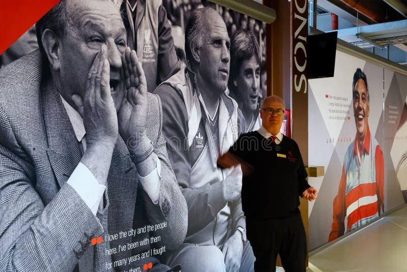 Pessoal de LFC e um grupo de fan de futebol no estádio de Anfield, Liverpool, Reino Unido imagem de stock