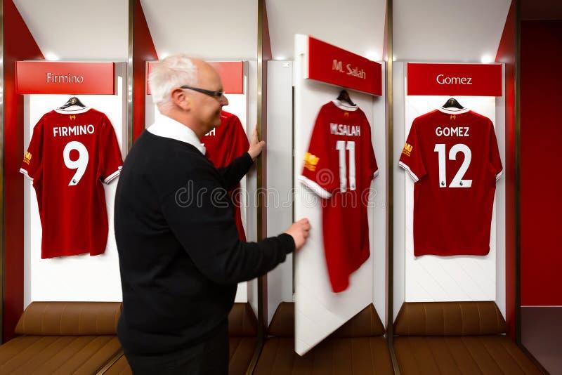 Pessoal de LFC e um grupo de fan de futebol no estádio de Anfield, Liverpool, Reino Unido foto de stock