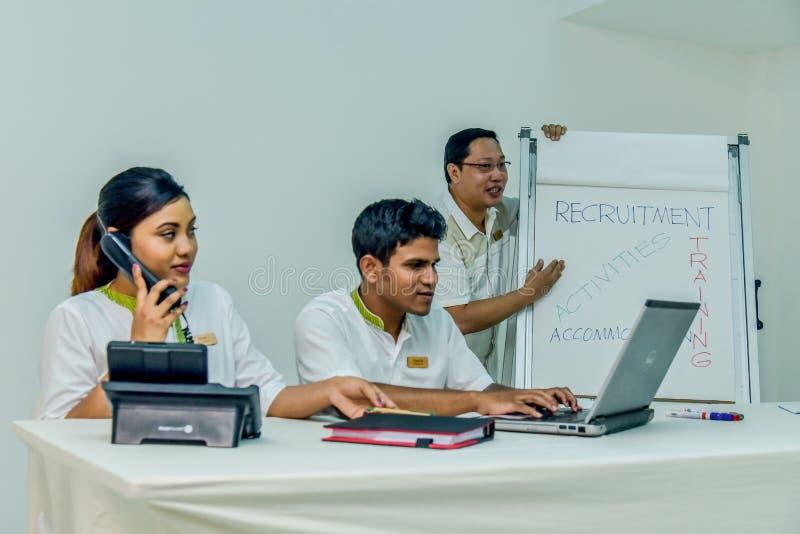 Pessoal do departamento de recursos humanos durante o sesion do recrutamento foto de stock royalty free