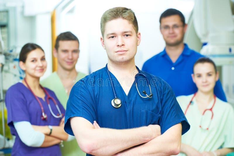 Pessoal do médico do hospital o cirurgião novo medica a equipe na sala de operação imagens de stock