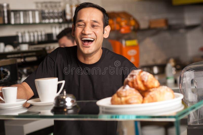 Pessoal feliz no restaurante imagem de stock