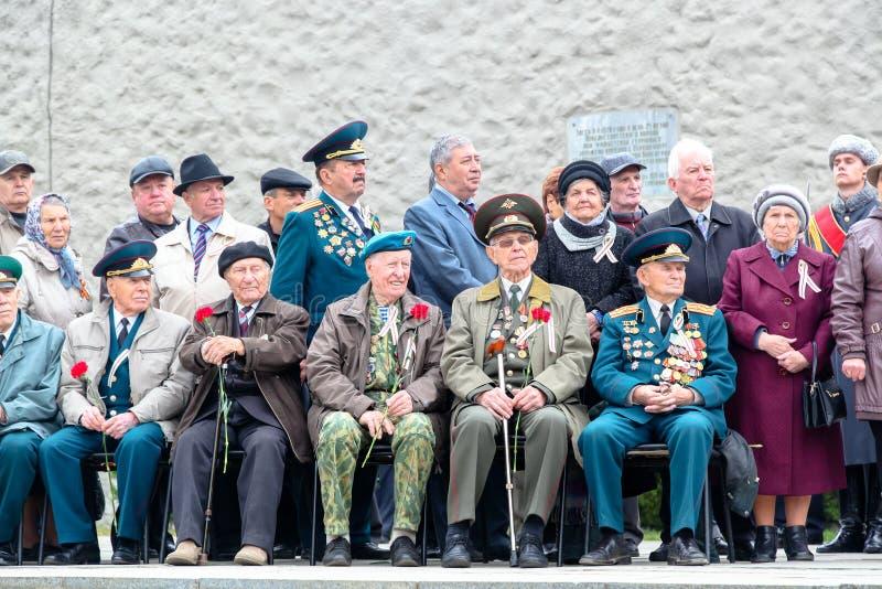 Pessoal militar idoso nas medalhas e nas concessões foto de stock