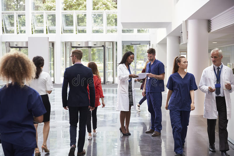 Pessoal na área ocupada da entrada do hospital moderno imagem de stock royalty free