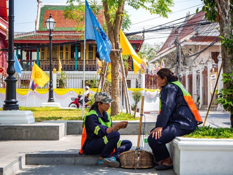 Pessoal que limpa, sentando e descansando, no templo, Banguecoque, Tailândia imagens de stock royalty free