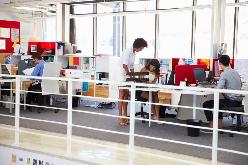 Pessoal que trabalha em um mezanino ocupado do escritório fotos de stock royalty free