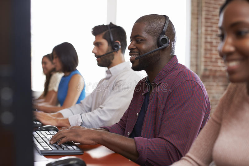 Pessoal que trabalha no tiro ocupado do departamento de serviço ao cliente fotos de stock royalty free