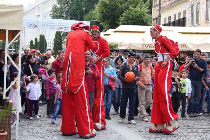 Pessoal vermelho do circo em pernas de pau fotos de stock royalty free