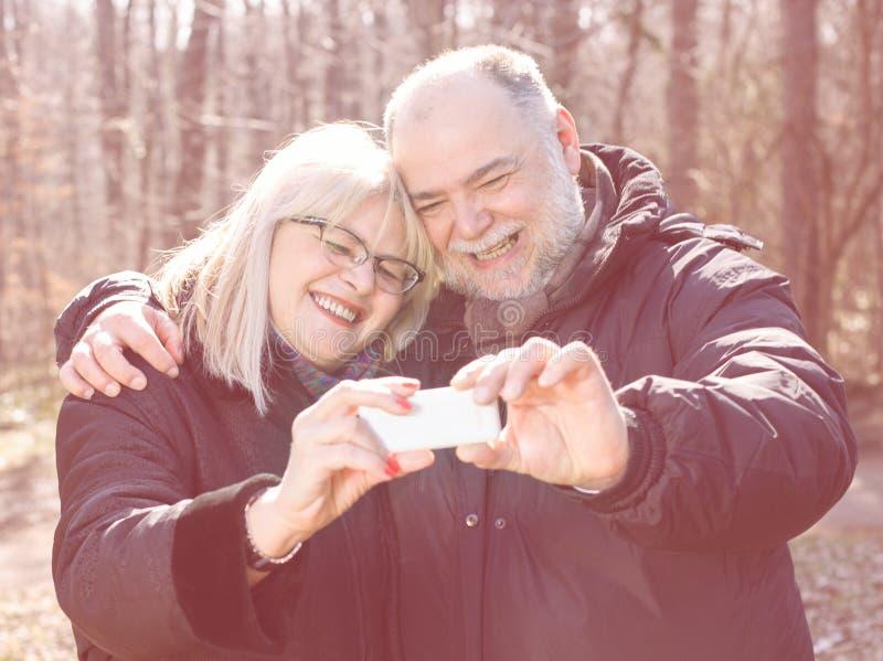 Pessoas adultas idosas superiores felizes de Selfie dos pares imagem de stock