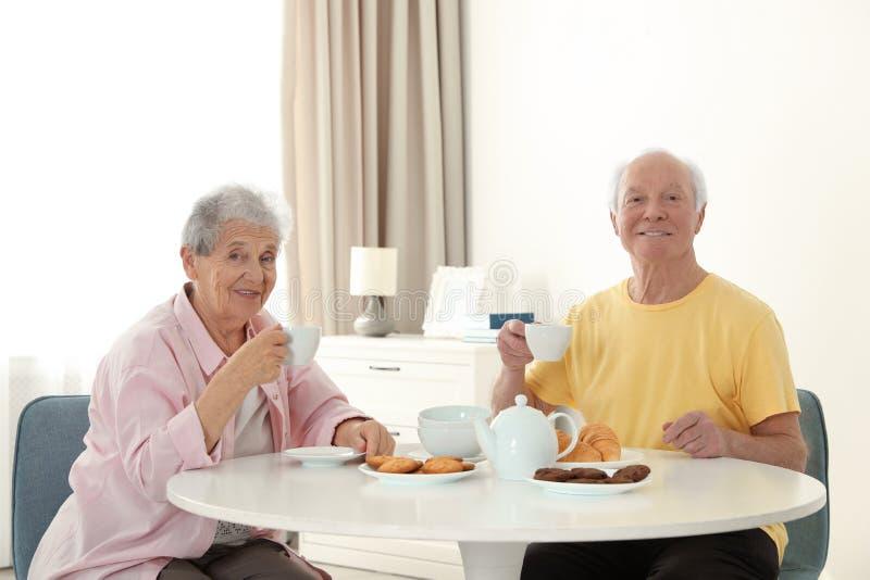 Pessoas adultas que comem o café da manhã no lar de idosos fotografia de stock royalty free