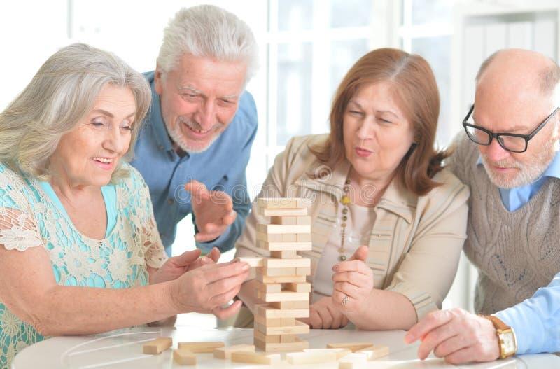 Pessoas adultas que jogam jogos de mesa foto de stock royalty free