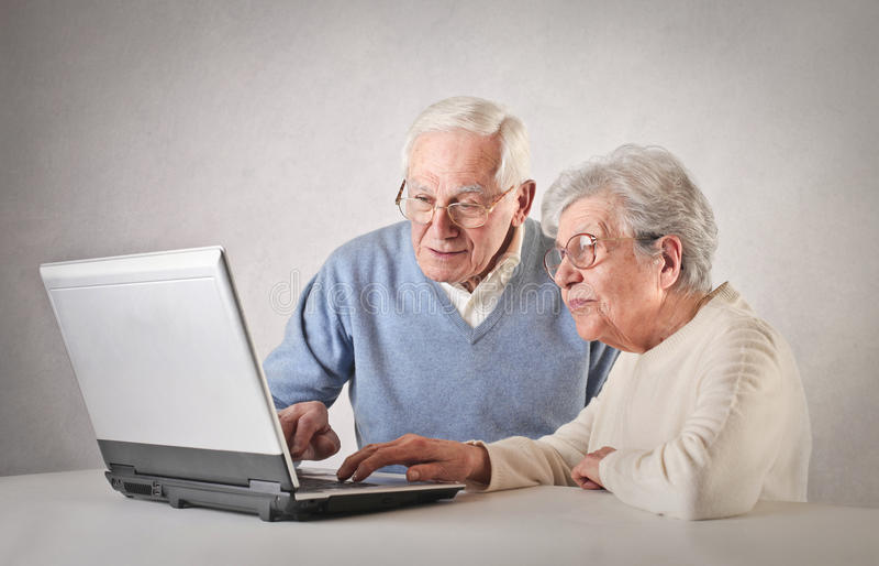 Pessoas adultas que usam um portátil fotografia de stock royalty free