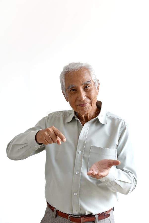 Pessoas adultas superiores asiáticas do ancião, as seguras e do sorriso com mão que apontam o gesto no fundo branco imagens de stock royalty free