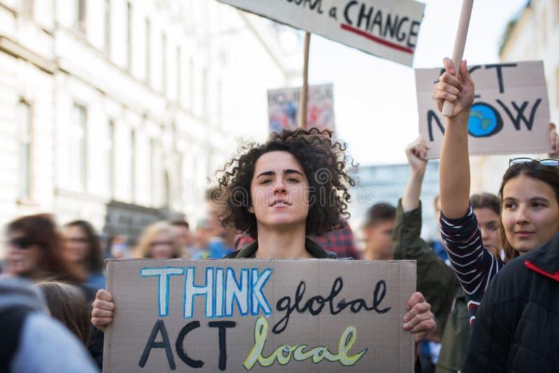 Pessoas com cartazes e cartazes em greve global por causa das alterações climáticas imagens de stock royalty free