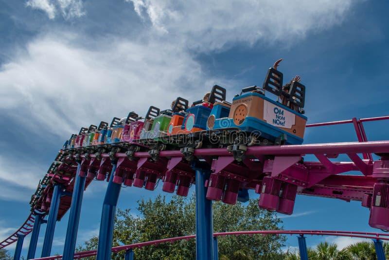 Pessoas curtindo Super Grovers Box Car Derby. É uma montanha russa amigável na Rua Sesame, no Seaworld 5 imagem de stock royalty free
