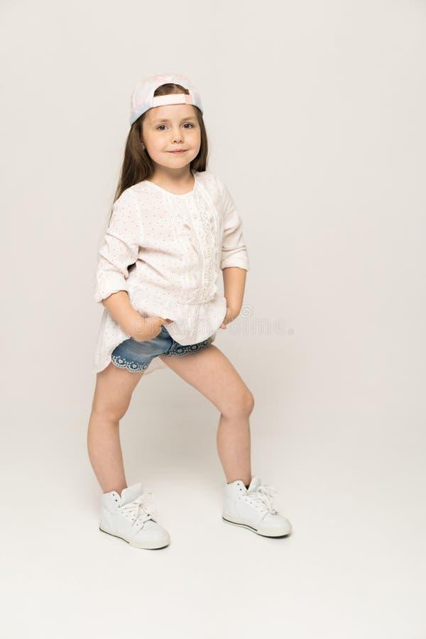 Pessoas de 5-6 anos bonitos da menina que levantam no estúdio imagem de stock royalty free