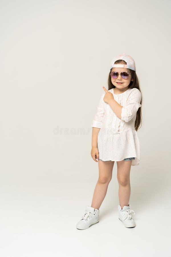 Pessoas de 5-6 anos bonitos da menina que levantam no estúdio imagens de stock royalty free