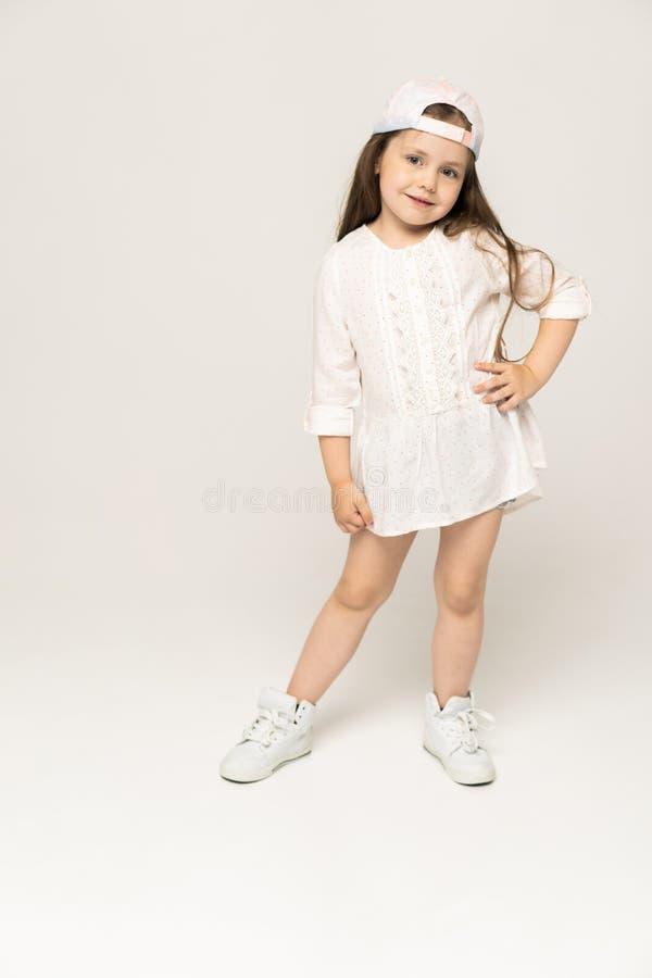 Pessoas de 5-6 anos bonitos da menina que levantam no estúdio fotos de stock