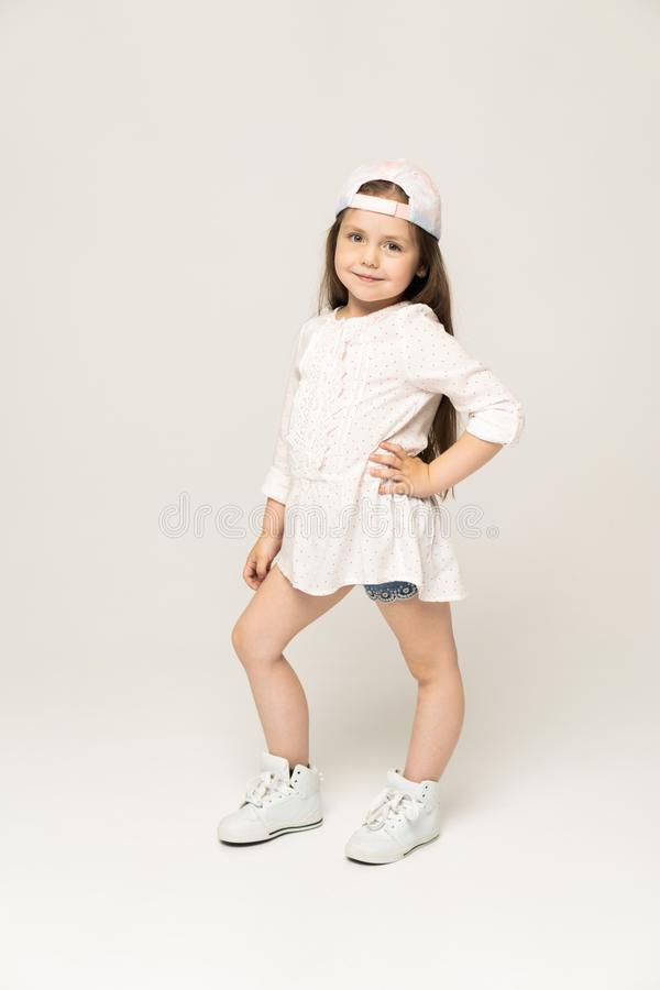 Pessoas de 5-6 anos bonitos da menina que levantam no estúdio imagens de stock