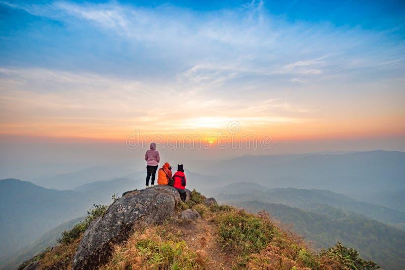 Pessoas do grupo observando o pôr do sol e o nevoeiro na montanha Mokoju fotografia de stock