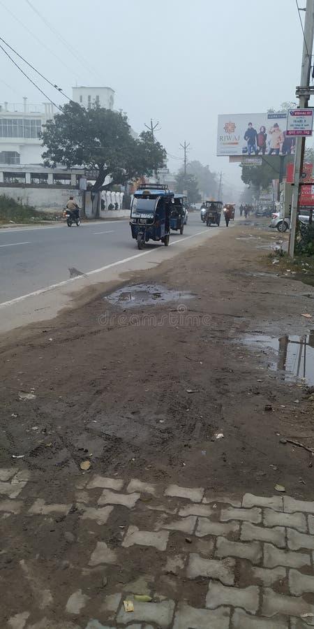 Pessoas e veículos na estrada vêm para o distrito de bijnor do estado de uttar Pradesh, na Índia fotos de stock