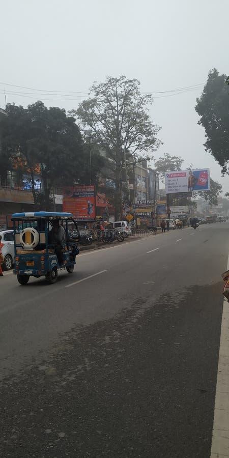 Pessoas e veículos na estrada vêm para o distrito de bijnor do estado de uttar Pradesh, na Índia imagem de stock