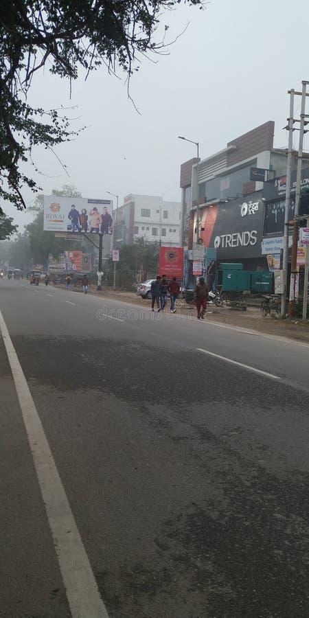 Pessoas e veículos na estrada vêm para o distrito de bijnor do estado de uttar Pradesh, na Índia fotos de stock royalty free