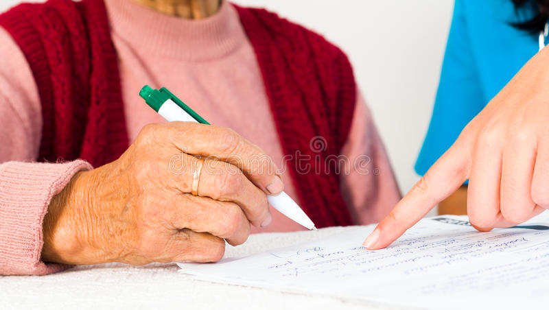 Pessoas idosas que assinam o contrato de serviços sociais imagens de stock royalty free