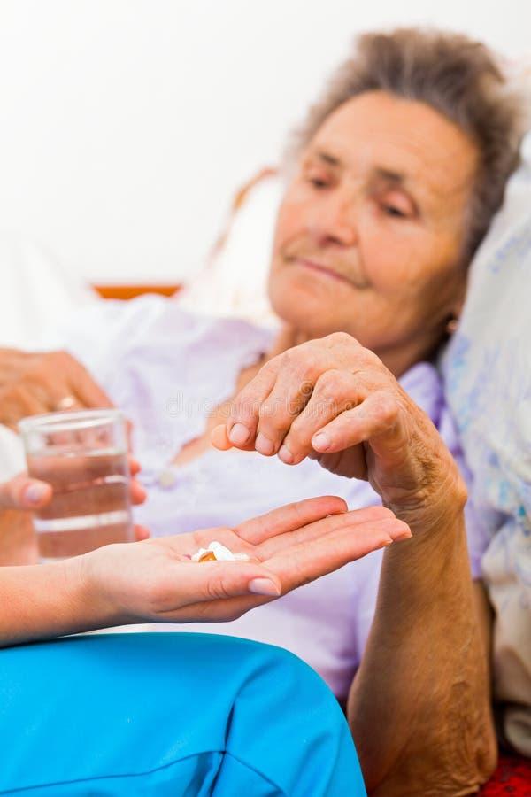 Pessoas idosas que tomam comprimidos imagem de stock royalty free