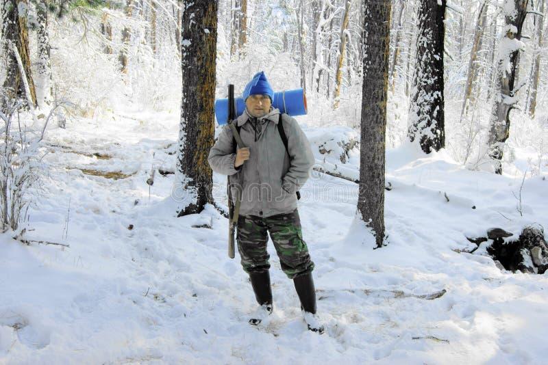 Pessoas na madeira no inverno imagens de stock royalty free