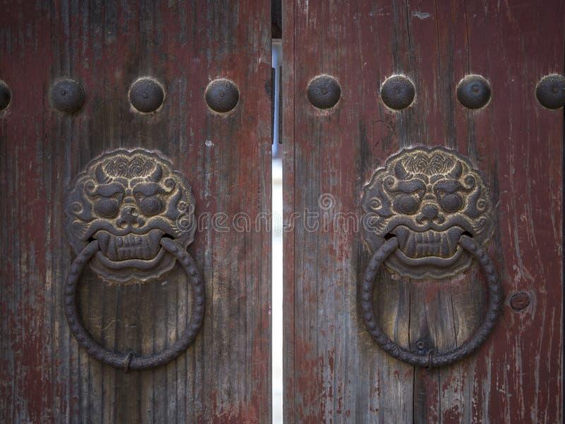 Pessoas que bate à porta do leão no templo de Bulguksa em Gyeongju, Coreia do Sul imagens de stock