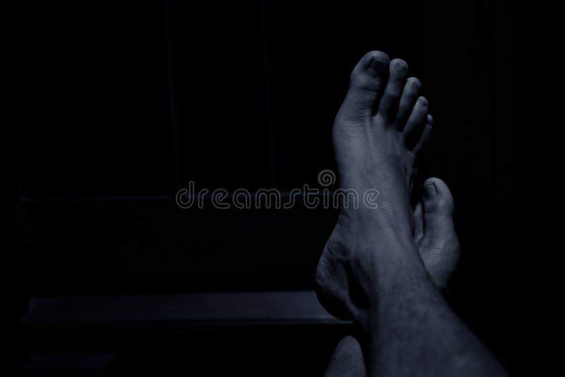 Pessoas que descansam os pés na tabela imagem de stock royalty free