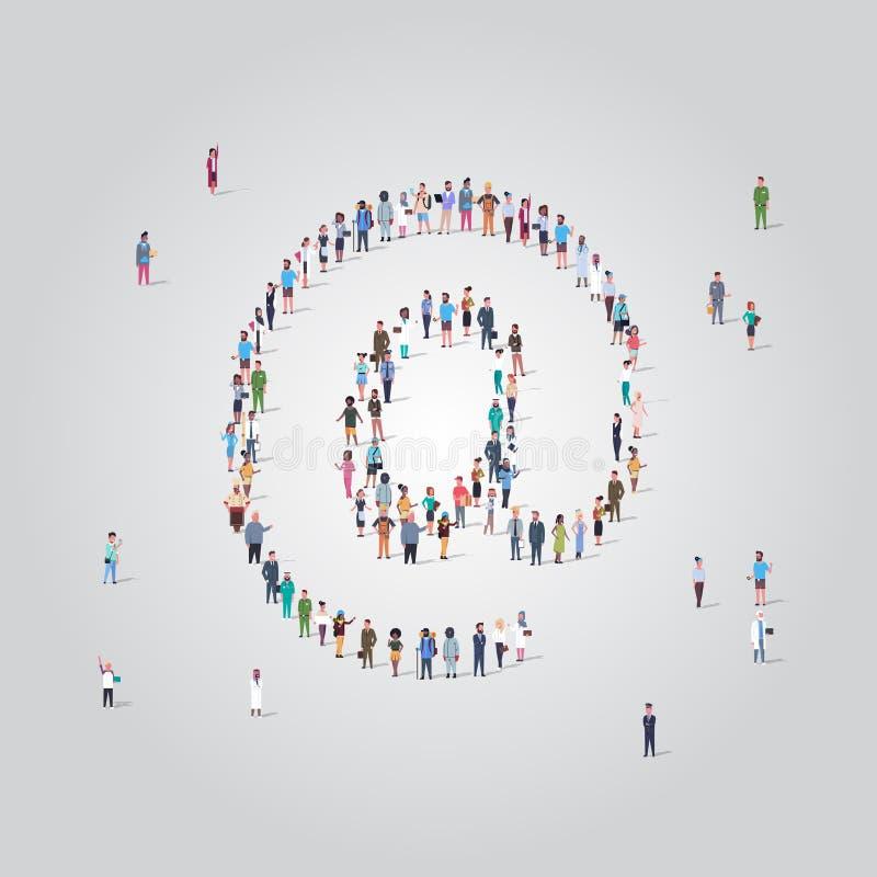 Pessoas que se reúnem em massa no ícone de endereço de e-mail moldam comunicação social na internet conceito de ocupação diferent ilustração royalty free