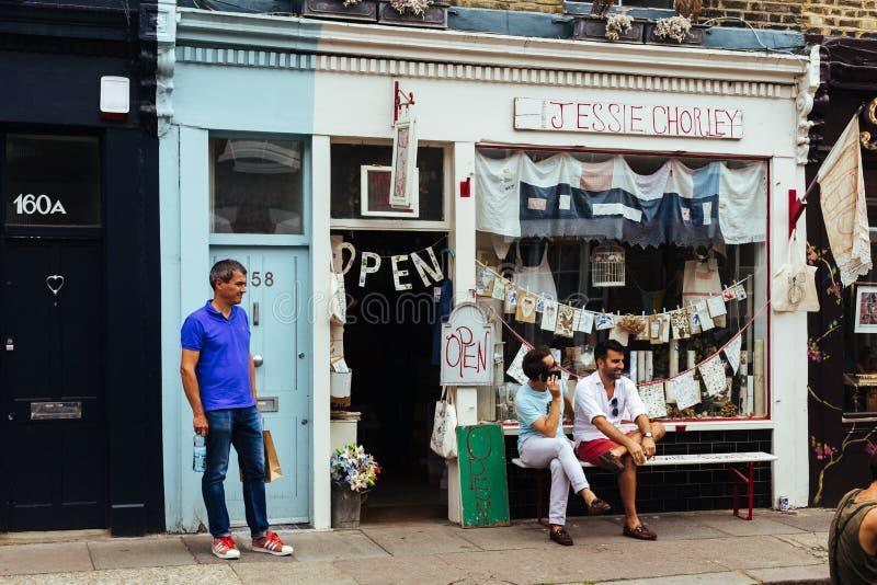 Pessoas sentadas fora da loja de lembranças fotografia de stock royalty free