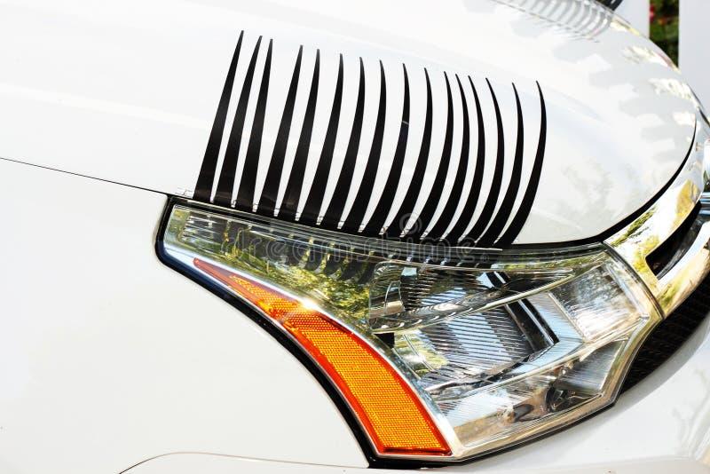 Pestañas del coche en la linterna derecha imagenes de archivo
