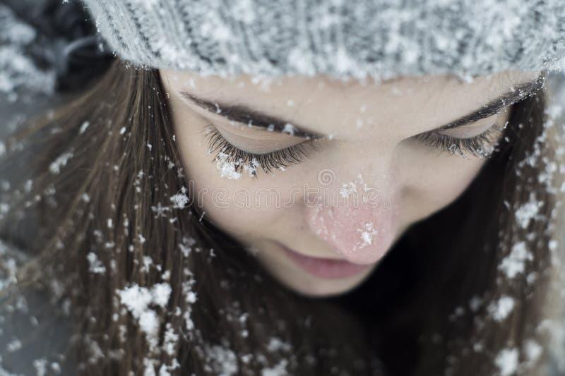 Pestañas nevadas de la muchacha fotografía de archivo