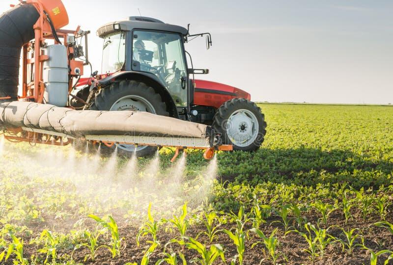 Pesticides de pulvérisation de tracteur photographie stock