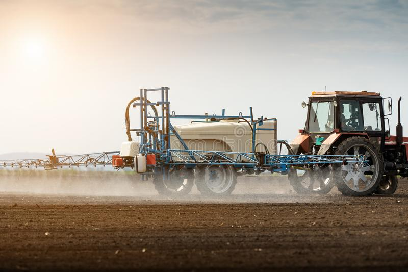 Pesticides de pulv?risation de tracteur au champ de bl? photo libre de droits