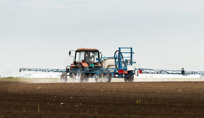 Pesticides de pulv?risation de tracteur au champ de bl? images stock