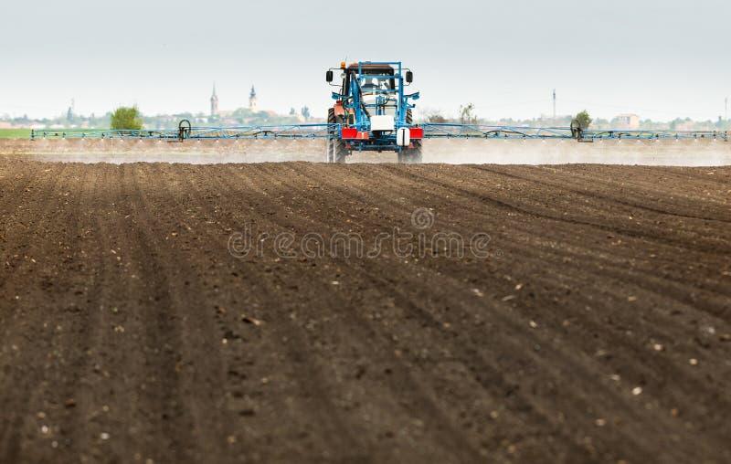Pesticides de pulv?risation de tracteur au champ de bl? photo stock