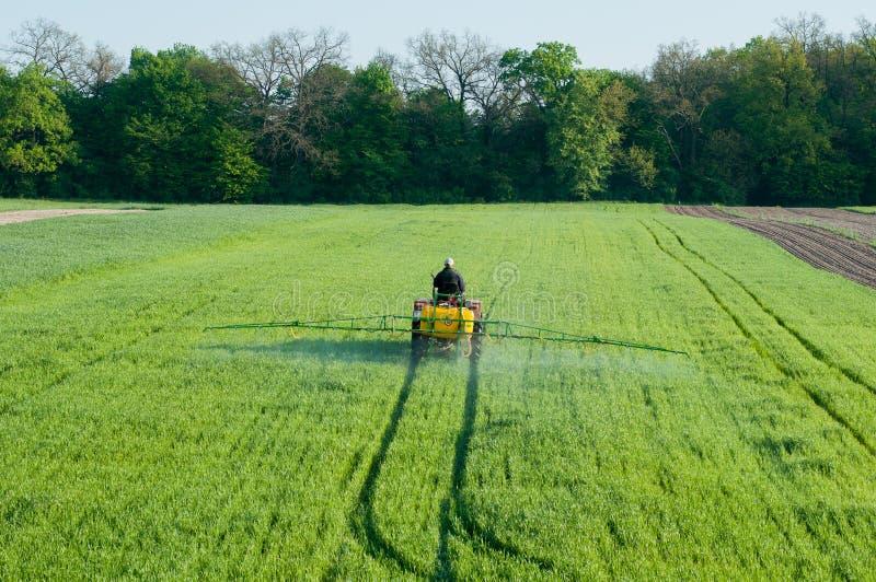 Pesticidespuitbus op het gebied stock fotografie