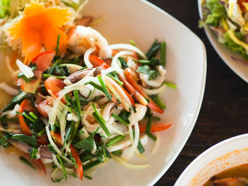 pestlen f?r kokkonst?rtmortel kryddar thai traditionellt Sallad med nya grönsaker och örter och skaldjur på en platta i ett kafé  royaltyfri foto