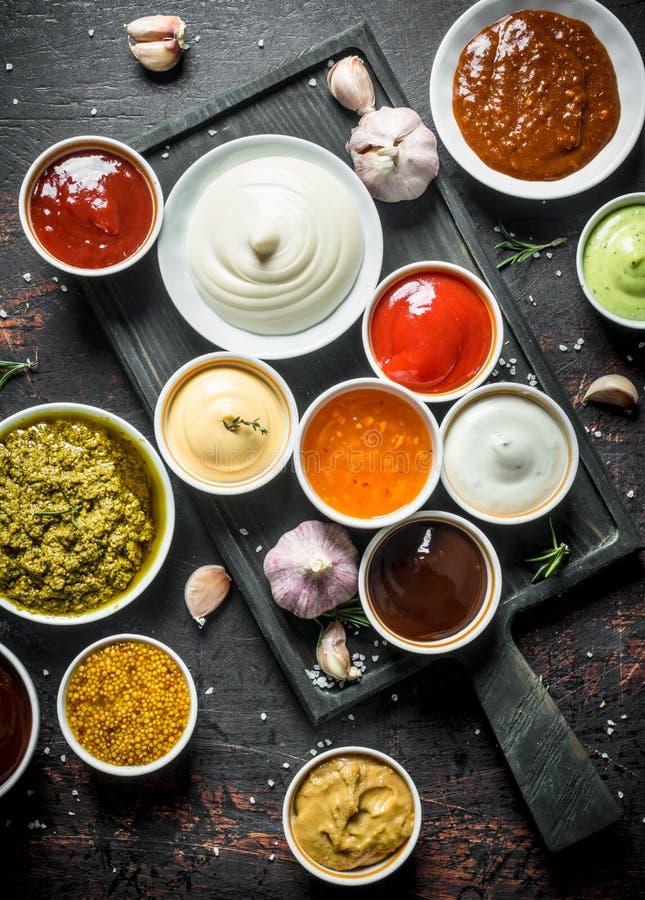 Pesto调味汁,guacomole,番茄酱,芥末,在碗的烤肉汁 库存照片
