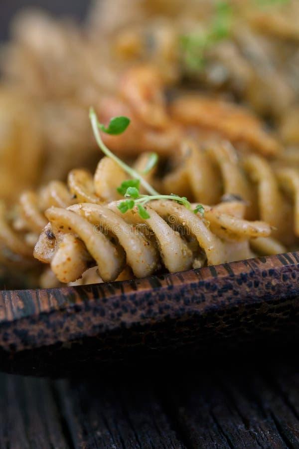 Download Pesto макаронных изделий Fusilli Стоковое Фото - изображение насчитывающей листья, гайки: 40578032