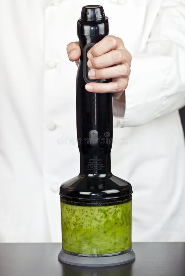 pesto руки шеф-повара blender стоковая фотография