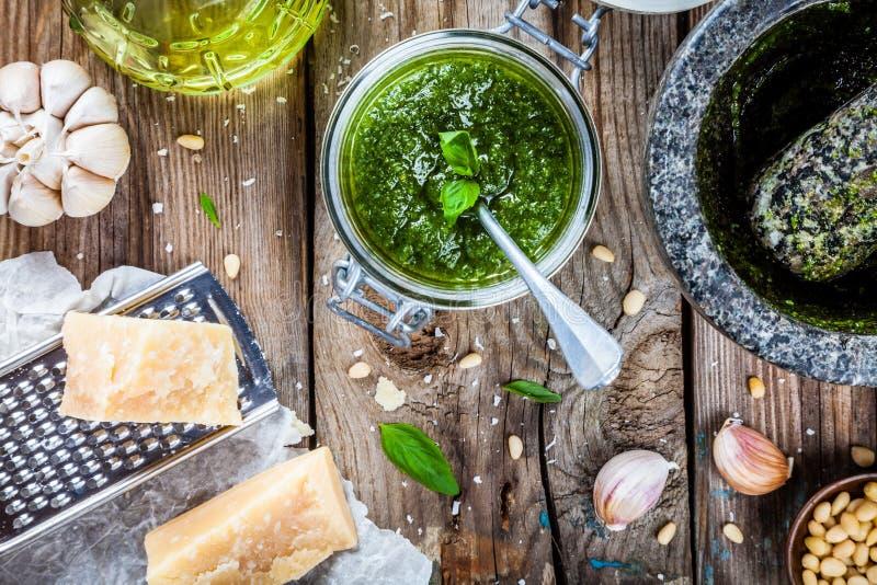 Pesto casalingo: basilico, parmigiano, pinoli, aglio, olio d'oliva fotografie stock libere da diritti